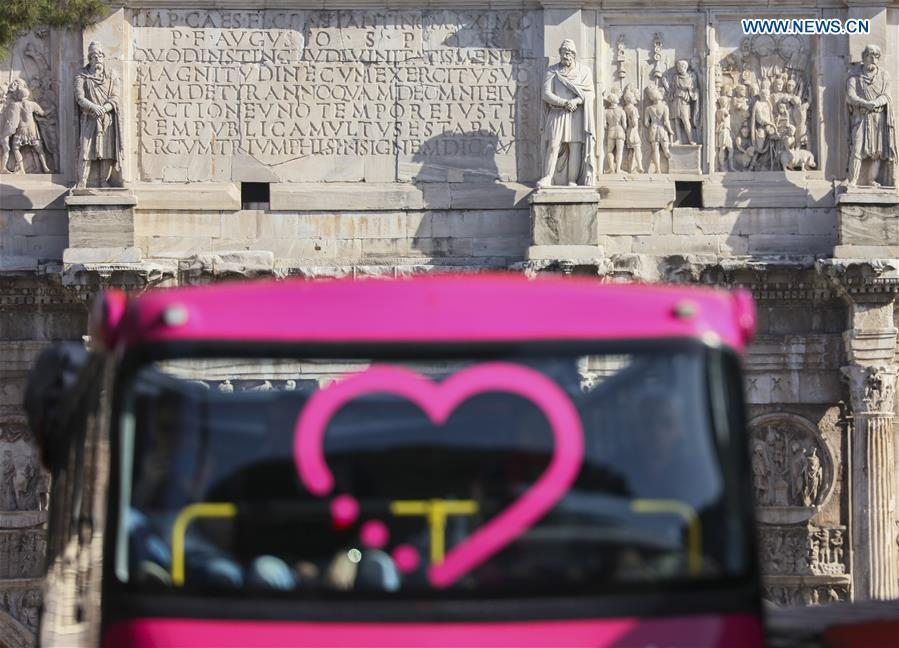 A sightseeing bus is seen in front the Constantine Arc de Triomphe in Rome, capital of Italy, March 19, 2019. (Xinhua/Lan Hongguang)