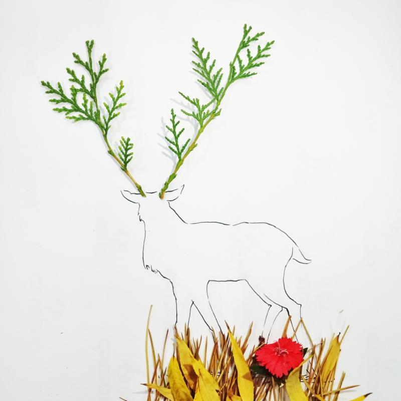 Pine leaves are put on the deer\'s head as its horns in the creative painting created by students from Lanzhou Jiaotong University in Northwest China\'s Gansu Province, March 2019. (Photo provided to chinadaily.com.cn)