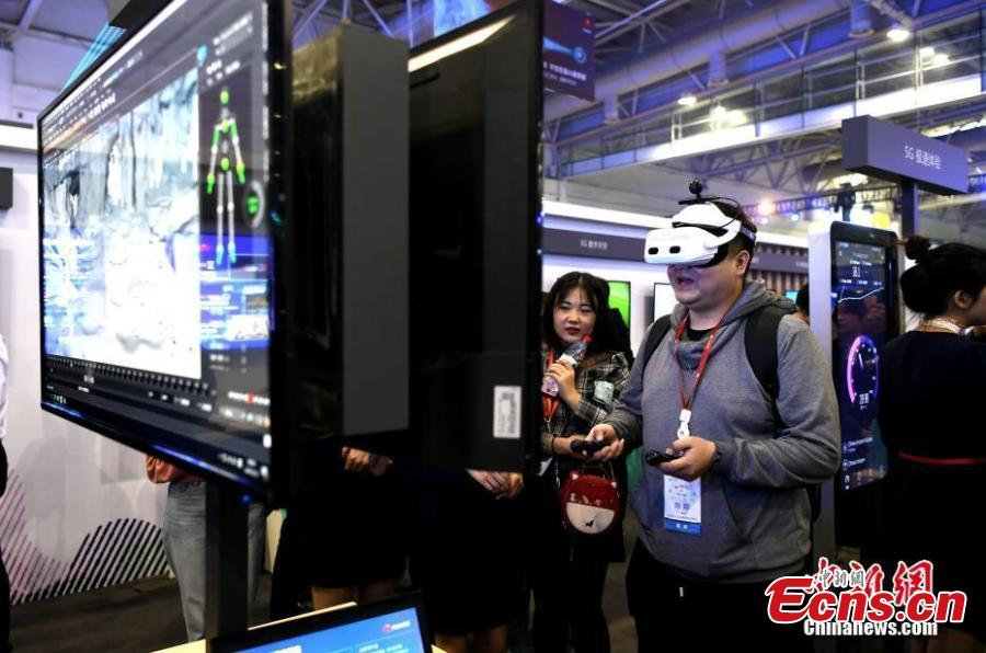 A man wearing a headset experiences 5G live streaming during the Huawei China Eco-Partner Conference 2019 at the Fuzhou Strait International Conference & Exhibition Center in Fuzhou, Fujian Province, March 21, 2019. (Photo: China News Service/Wang Dongming)