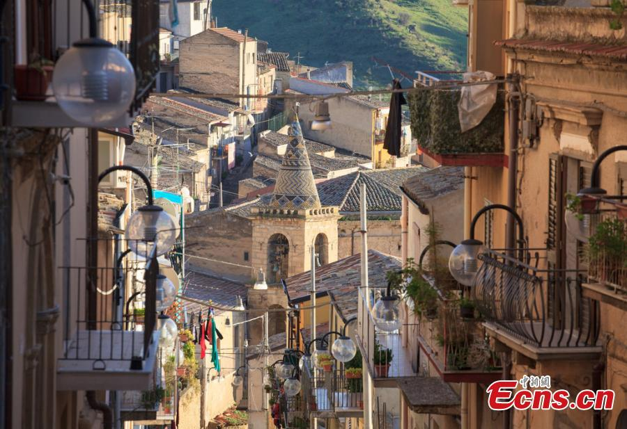 A file photo shows a beautiful scene on the island of Sicily in southern Italy. The island is the largest and one of the most densely populated islands in the Mediterranean Sea. Sicily\'s sunny, dry climate, scenery, cuisine, history and architecture attract many tourists from around the world. Its main agricultural products include oranges, lemons and olive oil. (Photo/IC)