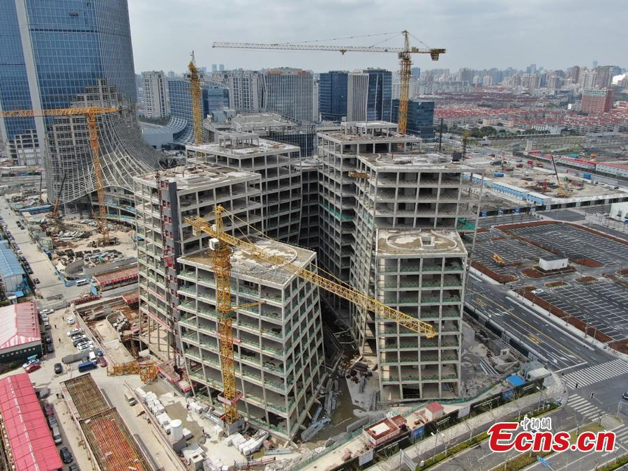 A building complex designed by Japanese architect Kazuyo Sejima looks unusual in Shanghai, with its seven buildings leaning against each other. The building roofs have been capped recently. (Photo: China News Service/Zhang Hengwei)