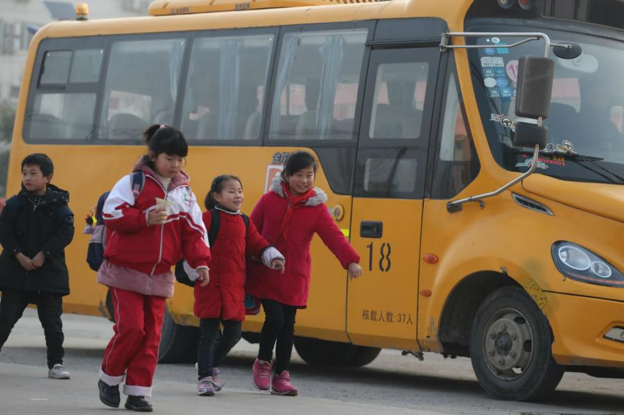 Students return to their school in Xiangshui county in Yancheng, Jiangsu province, on March 25, 2019.   (Photo/chinadaily.com.cn)