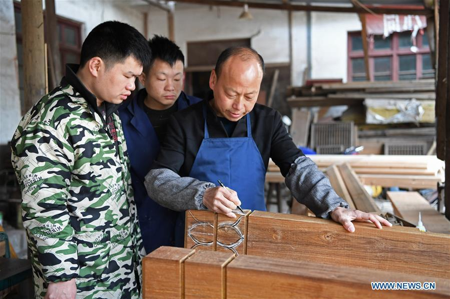 Yu Youhong teaches his apprentices the techniques on carvings in Wuyuan County of east China\'s Jiangxi Province, March 19, 2019. The \
