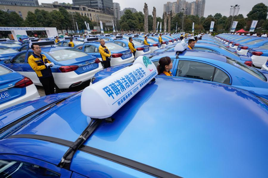Photo taken on March 26, 2019 shows a ceremony to hand over 100 methanol-fueled taxis in Guiyang City, Guizhou Province. The city has now put 5,374 methanol-fueled taxis into service, part of a province-wide plan to have 10,000 methanol-fueled vehicles on the road by the end of the year. One of China\'s ecological pilot zones, Guizhou has unveiled a series of policies and measures in recent years to promote the use of methanol-fueled vehicles including subsidies and improved support facilities. (Photo: China News Service/He Junyi)