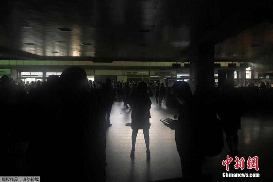 Passengers are seen during a blackout at Simon Bolivar international airport in Caracas, Venezuela March 25, 2019. (Photo/Agencies)