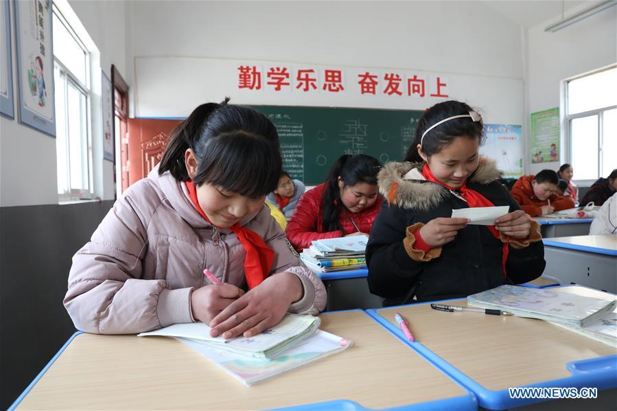 Pupils attend a class at Wangshang Primary School in Chenjiagang Township of Xiangshui County, Yancheng, east China\'s Jiangsu Province, March 25, 2019. All 10 schools temporarily closed after a chemical plant blast in east China\'s Jiangsu Province have been repaired and reopened on Monday. Doors and windows in the 10 primary and middle schools were shattered by the powerful explosion on Thursday, with over 100 students suffering minor injuries caused by broken glass, the local education authorities said. Students were immediately taken to safety, and the injured were treated at nearby hospitals, said Gong Yansen, deputy head of the education bureau of Xiangshui County, where the plant is located. (Xinhua/Jin Liwang)