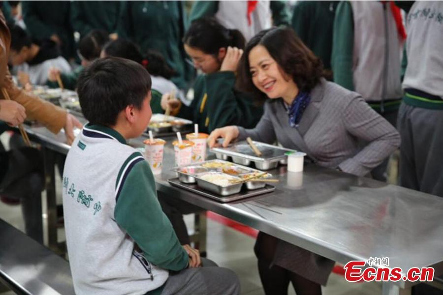 A school leader dines with students at the High School Affiliated to Nanjing Normal University Shuren Campus in Nanjing City, Jiangsu Province, March 26, 2019. The school\'s headmaster, Party chief and lead teachers of different grades have started dining with students. The Ministry of Education, the State Regulation for Market Regulation and the National Health Commission recently released a regulation on food safety, nutrition and health in schools, which will take effect on April 4, requiring principals to be responsible for food safety in schools and to dine with students. (Photo: China News Service/Ge Yong)