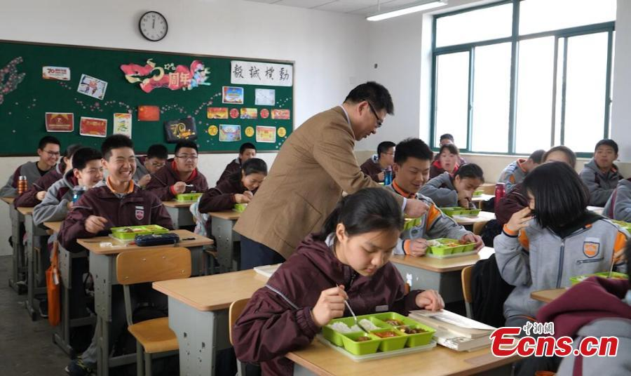 The principal of Nanjing Zhongying Middle School dines with students in Nanjing, Jiangsu. The Ministry of Education, the State Regulation for Market Regulation and the National Health Commission recently released a regulation on food safety, nutrition and health in schools, which will take effect on April 4, requiring principals to be responsible for food safety in schools and to dine with students. (Photo: China News Service/Ge Yong)