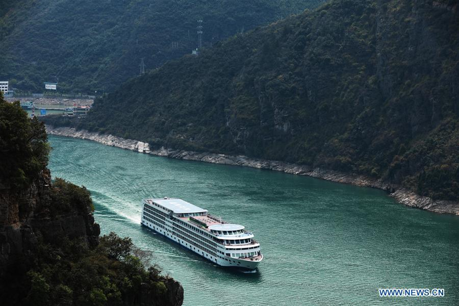 A passenger ship sails in the Wuxia Gorge, one of the Three Gorges on the Yangtze River, in Wushan County, southwest China\'s Chongqing Municipality, March 26, 2019. (Xinhua/Wang Quanchao)