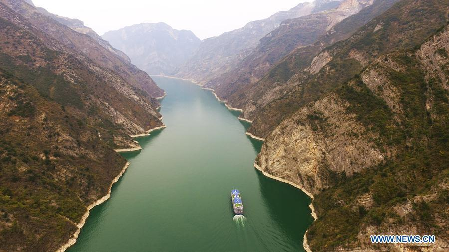 A ship sails in the Wuxia Gorge, one of the Three Gorges on the Yangtze River, in Wushan County, southwest China\'s Chongqing Municipality, March 26, 2019. (Xinhua/Wang Quanchao)
