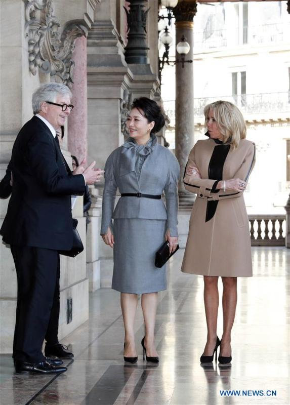 Chinese President Xi Jinping\'s wife Peng Liyuan, accompanied by French President Emmanuel Macron\'s wife Brigitte Macron, visits the Opera Garnier in Paris, France, March 25, 2019. (Xinhua/Ding Lin)