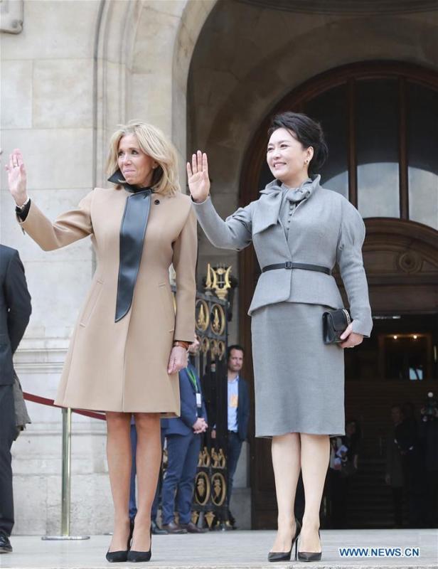 Chinese President Xi Jinping\'s wife Peng Liyuan, accompanied by French President Emmanuel Macron\'s wife Brigitte Macron, visits the Opera Garnier in Paris, France, March 25, 2019. (Xinhua/Ding Lin)