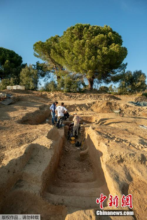 French archaeologists have unearthed an Etruscan tomb containing a skeleton and dozens of artefacts in Corsica, a rare discovery that could shed new light on the wealthy civilization of northern Italy and its assimilation into the Roman Empire. (Photo/Agencies)