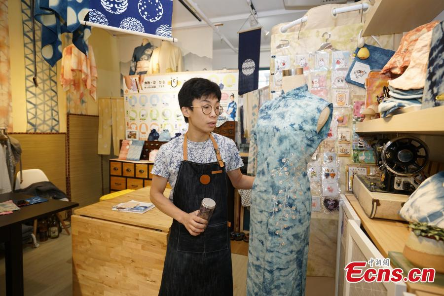 Eric Cheung, founder of Dyelicious, shows a cheongsam dyed with natural ingredients, in Hong Kong. (Photo: China News Service/Zhang Wei)