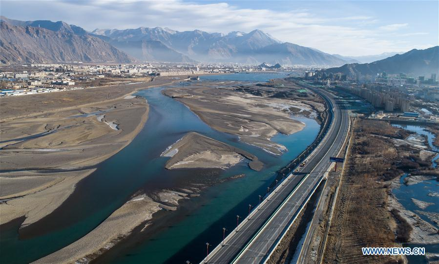 Aerial photo taken on Jan. 11, 2019 shows a road leading to Lhasa, southwest China\'s Tibet Autonomous Region. Infrastructure has been improved in Tibet, as a comprehensive transportation network composed of highways, railways and air routes has been formed. (Xinhua/Purbu Zhaxi)