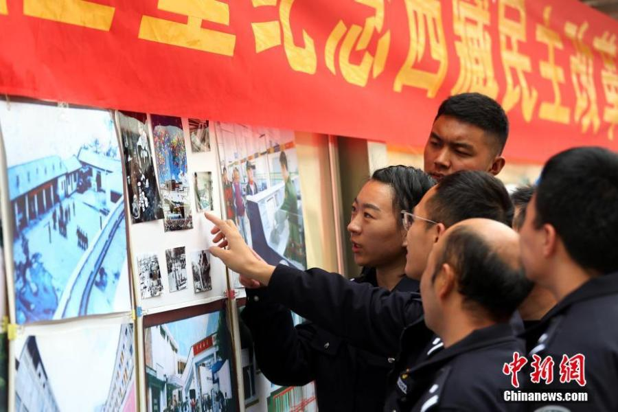 A photo exhibition shows the strides made in Tibet in the six decades since reform, at a border inspection station in Nyalam County, Shigatse Prefecture, Southwest China\'s Tibet Autonomous Region, March 26, 2019. Various events, such as the flag-raising ceremony, performances and photo exhibitions to highlight the strides made in six decades, have been held across many areas in the autonomous region.  Thursday marks the 60th anniversary of democratic reform that abolished ruthless theocracy and serfdom, and established a socialist system that has seen booming economic, political, religious, cultural and social development on the plateau. (Photo: China News Service/He Penglei)