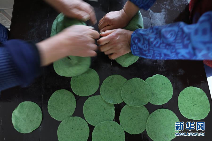 Wild mugwort is made into wrappers for qingtuan in Tianmushan township, Hangzhou city in East China\'s Zhejiang province on March 27, 2019. (Photo/Xinhua)