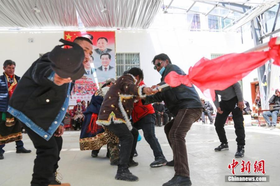 A tug of war competition is held to mark the 60th anniversary of democratic reform in Gar County, Ngari Prefecture of Southwest China\'s Tibet Autonomous Region, March 26, 2019. Various events, such as the flag-raising ceremony, performances and photo exhibitions to highlight the strides made in six decades, have been held across many areas in the autonomous region.  Thursday marks the 60th anniversary of democratic reform that abolished ruthless theocracy and serfdom, and established a socialist system that has seen booming economic, political, religious, cultural and social development on the plateau. (Photo: China News Service/He Penglei)