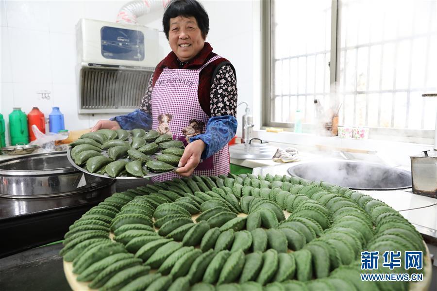 A woman in Jiaokou village in Tianmushan township, Hangzhou, East China\'s Zhejiang province, prepares qingtuan on March 27, 2019 to mark the upcoming Qingming Festival.  (Photo/Xinhua)