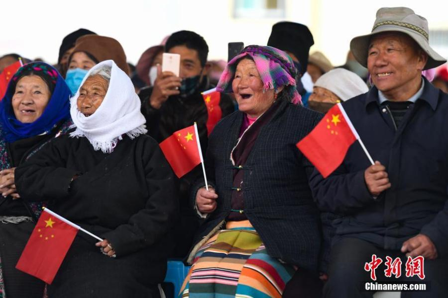 Residents watch a performance to mark the 60th anniversary of democratic reform in Lhasa, Southwest China\'s Tibet Autonomous Region, March 27, 2019. Various events, such as the flag-raising ceremony, performances and photo exhibitions to highlight the strides made in six decades, have been held across many areas in the autonomous region.  Thursday marks the 60th anniversary of democratic reform that abolished ruthless theocracy and serfdom, and established a socialist system that has seen booming economic, political, religious, cultural and social development on the plateau. (Photo: China News Service/He Penglei)