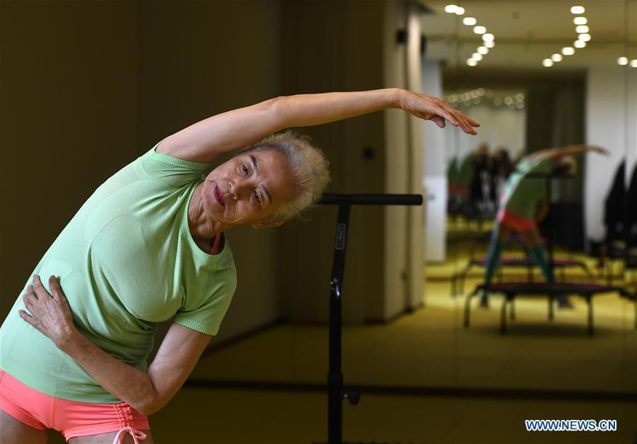 Bai Jinqin, a 74-year-old bodybuilding adept, exercises at a gym in north China\'s Tianjin, March 13, 2019. Bai has kept exercising for 14 years. After finishing her housework, Bai likes to spend one hour every day at the gym to build her body. The hobby has rewarded her with good physique and energy. (Xinhua/Yue Yuewei)