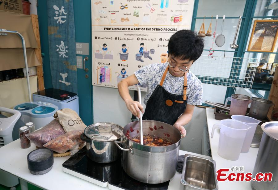Eric Cheung, founder of Dyelicious, shows how natural dyes are made from materials such as leftover food and plants in Hong Kong. (Photo: China News Service/Zhang Wei)