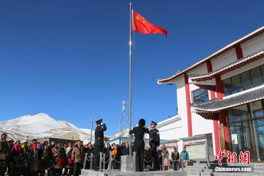 A flag-raising ceremony is held to mark the 60th anniversary of democratic reform in Gar County, Ngari Prefecture of Southwest China\'s Tibet Autonomous Region, March 26, 2019. Various events, such as the flag-raising ceremony, performances and photo exhibitions to highlight the strides made in six decades, have been held across many areas in the autonomous region.  Thursday marks the 60th anniversary of democratic reform that abolished ruthless theocracy and serfdom, and established a socialist system that has seen booming economic, political, religious, cultural and social development on the plateau. (Photo: China News Service/He Penglei)