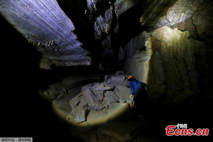 A woman walks inside the Malham Cave, which Israeli researchers say is the world\'s longest salt cave, in Mount Sodom near the Dead Sea, Israel, March 27, 2019. (Photo/Agencies)