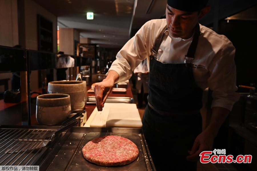 The Golden Giant Burgers, approximately 25 centimeters wide and 15 cm high, recommended for six to eight people and accompanied by a bottle of wine, will be available from April 1 through the end of June. (Photo/Agencies)