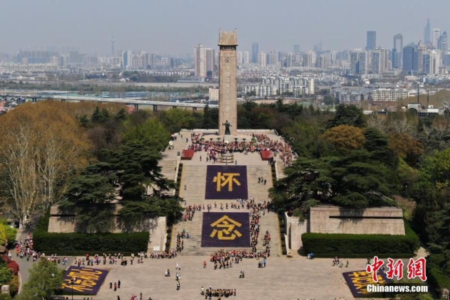 As China\'s Tomb-sweeping Day approaches, tens of thousands of flowers were displayed to pay tribute to martyrs at Yuhuatai Martyrs Memorial Park in Nanjing in the east China\'s Jiangsu Province, April 1, 2019. (Photo/China New Service)  The flowers in front of the martyrs\' memorial were designed to form two Chinese characters \