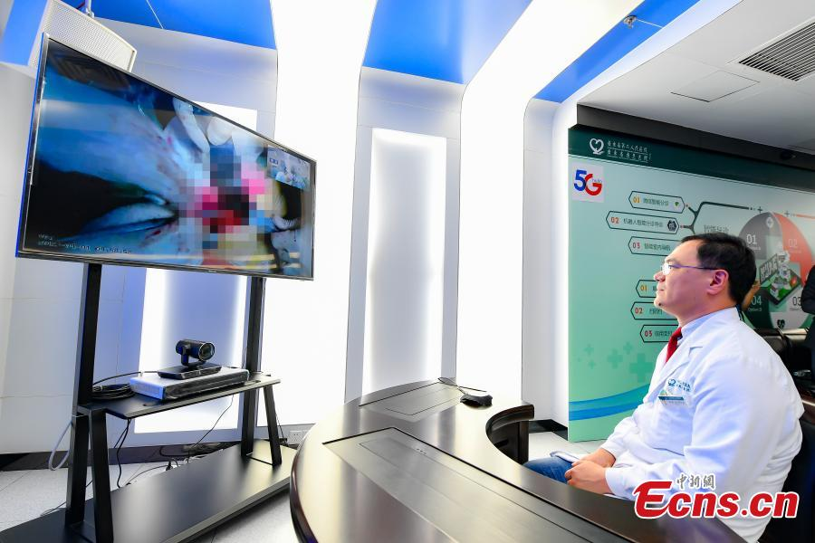 Doctor Qi Yong at the Second People\'s Hospital in Guangdong Province supervises a surgery at Yanshan Hospital through a 4K UHD live broadcast via 5G, April 1, 2019. (Photo: China News Service/Zhong Xin)