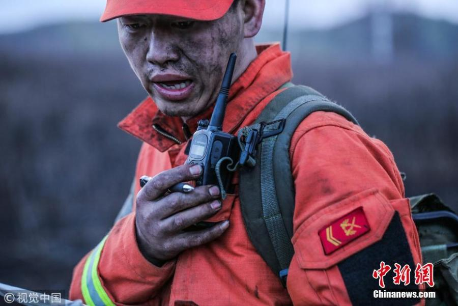 A firefighter reports about progress in extinguishing a forest blaze in Hulunbuir, Inner Mongolia, May 4, 2017. (Photo/Agencies)