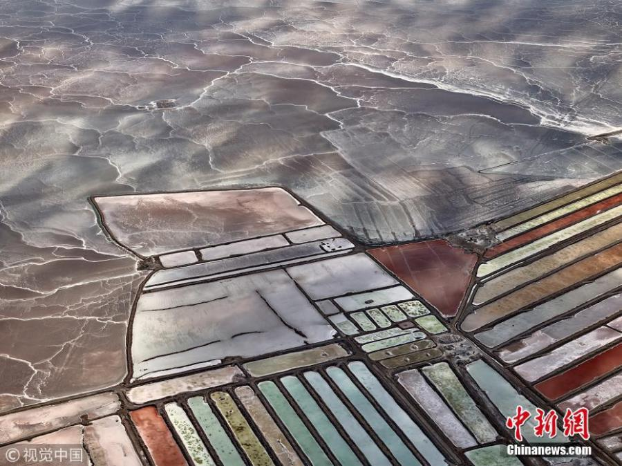 A group of aerial photos show how salt ponds in the Mexican state of Baja California could look like huge eye shadow palettes on the ground.  (Photo/VCG)
