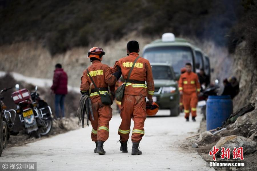 Zhang Haifeng, who injured his foot while putting out a forest fire, walks with the help of a fellow firefighter in Aba, Sichuan Province, Feb. 23, 2019. (Photo/Agencies)  A massive forest fire erupted this weekend killing 27 firefighters and three helpers in southwest China\'s Sichuan Province. All of their bodies were found on Monday, with 24 firemen being in their 20s. Young and enthusiastic, Chinese firefighters save nature and protect people and animals from danger.