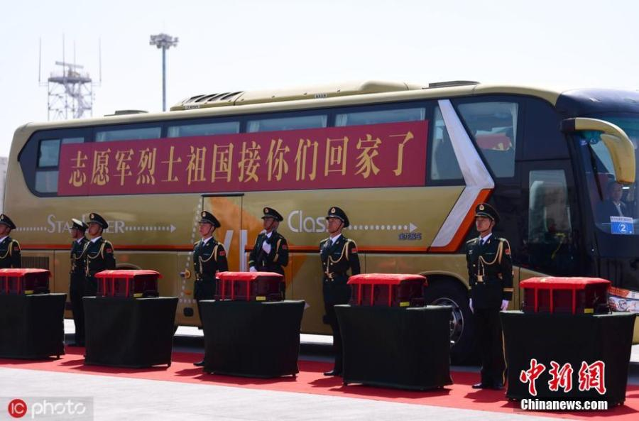 A ceremony was held at Shenyang Taoxian International Airport on Wednesday to welcome home the remains of 10 Chinese People\'s Volunteers. (Photo/IC)