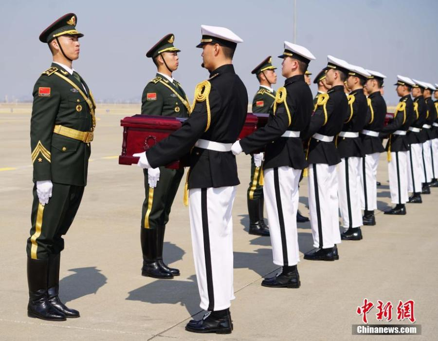A ceremony at Incheon International Airport in South Korea to hand over remains of 10 volunteer soldiers killed in the 1950-1953 Korean War, April 3, 2019. From 2014 to 2018, the remains of 589 soldiers were returned to China from South Korea. (Photo: China News Service/Zeng Ding)