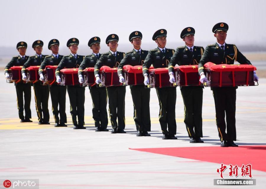 Chinese guards of honor carry the remains of 10 Chinese soldiers who died in the Korean War (1950-53) on Wednesday in Shenyang, Liaoning Province.  (PHoto/IC)