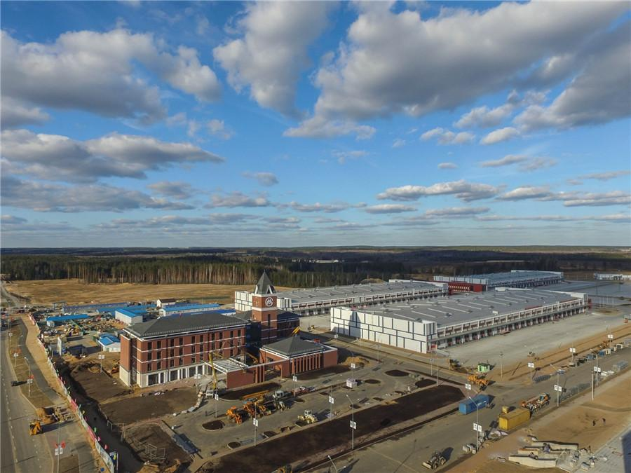 The China-Belarus Industrial Park is 25 km from Minsk, Belarus, and has attracted global investors and extended its influence to nearby regions. (Photo/Xinhua) The China-Belarus Industrial Park, located 25 km from Minsk and covering an area of 91.5 square kilometers, is the first special economic area in Belarus and the largest intergovernmental cooperation project between China and Belarus.  The industrial park is stepping up efforts to attract more global investors, with 43 companies registered by the end of February.  Among the 43 companies, 26 are from China, 10 from Belarus, and seven from other countries, like the United States and Russia. The companies have signed agreements to make total investments of more than $1 billion in the park.
