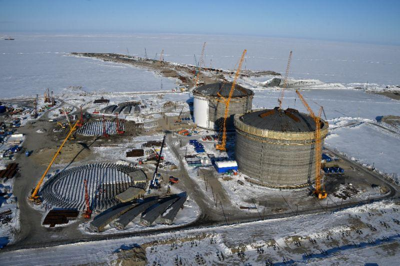 An Arctic tanker loads liquefied natural gas at the Yamal LNG plant in the port of Sabetta, Russia, Feb. 19, 2019. (File Photo) Located in Russia\'s Yamal Peninsula in the Arctic, the Yamal liquefied natural gas project reached full production capacity with its three production lines, each of which has a capacity of 5.5 million tons per year, with operations starting in December 2017, August 2018 and December 2018, successively.  The project is the world\'s largest of its kind within the Arctic Circle and is also the first mega- energy cooperation project implemented in Russia after the Belt and Road Initiative was proposed.  It is owned by Russia\'s Novatek (50.1 percent), France\'s Total (20 percent), China National Petroleum Corporation (20 percent) and China\'s Silk Road Fund (9.9 percent).