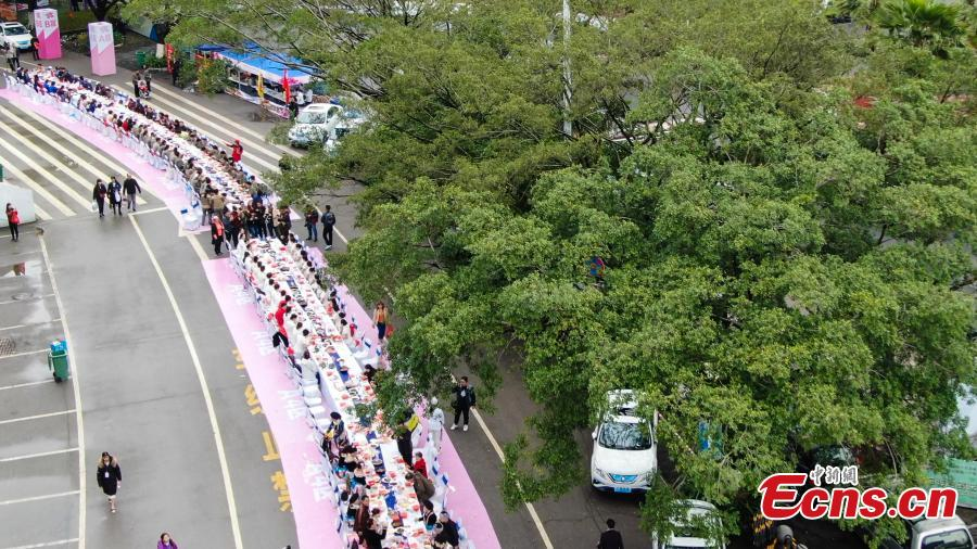 Aerial photo taken on April 3, 2019 shows people eat Luosifen, a local rice noodle dish featuring cooked river snails as ingredient, at a long-table feast in Liuzhou, south China\'s Guangxi Zhuang Autonomous Region. More than 2,000 people joined the feast which was served on tables measuring 1,000 meters in length here on Wednesday.  (Photo/China News Service)