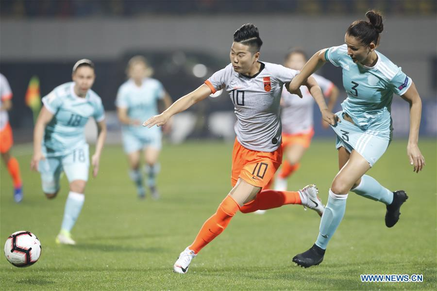 Li Ying (L front) of China vies with Anna Kozhnikova of Russia during the match between China and Russia at the 2019 International Women\'s Football Tournament in Wuhan, central China\'s Hubei Province, April 4, 2019. China won 4-1. (Xinhua/Ding Xu)