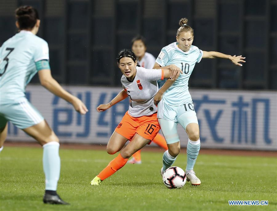 Yang Lina (2nd L) of China vies with Nadezda Smirnova of Russia during the match between China and Russia at the 2019 International Women\'s Football Tournament in Wuhan, central China\'s Hubei Province, April 4, 2019. China won 4-1. (Xinhua/Ding Xu)