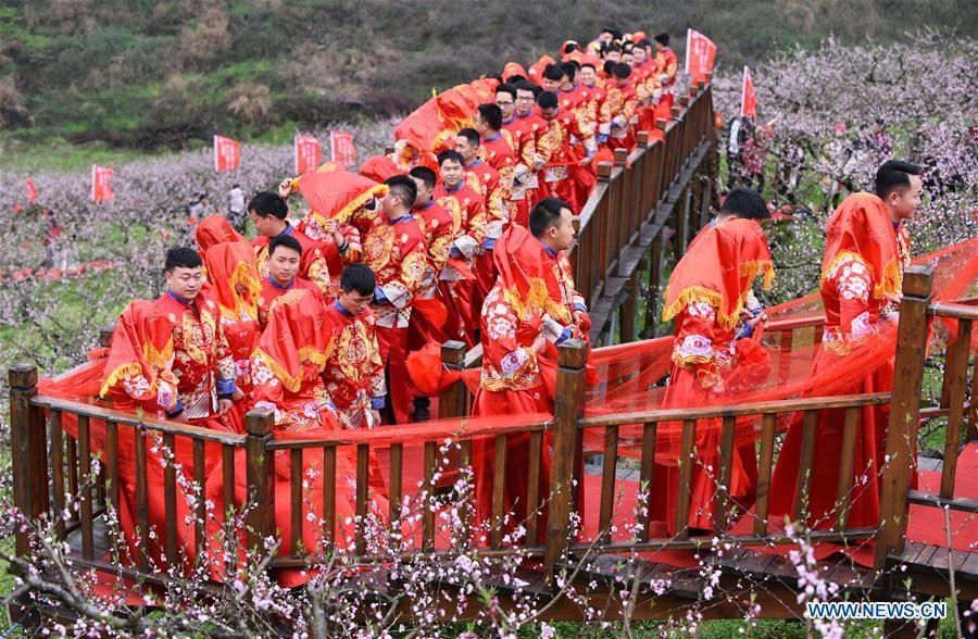 Couples attend a group wedding ceremony in traditional style in Wude Town of Shiqian County, southwest China\'s Guizhou Province, April 4, 2019. A group wedding ceremony in traditional style was held here Thursday for couples who have been striving on the frontline for the county\'s fight against poverty. (Xinhua/Yang Wenbin)
