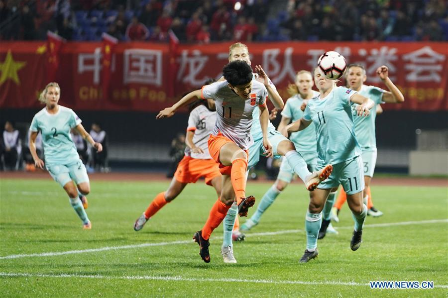 Wang Shanshan (C) of China scores during the match between China and Russia at the 2019 International Women\'s Football Tournament in Wuhan, central China\'s Hubei Province, April 4, 2019. China won 4-1. (Xinhua/Xiong Qi)