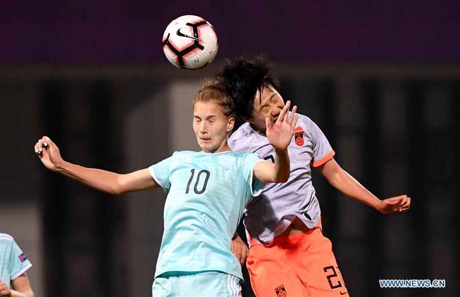 Smirnova (L) of Russia vies with Zhang Rui of China during the match between China and Russia at the 2019 International Women\'s Football Tournament in Wuhan, central China\'s Hubei Province, April 4, 2019. China won 4-1. (Xinhua/Cheng Min)