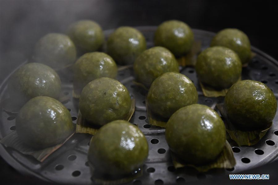 Photo taken on April 4, 2019 shows the steamed Qingtuan, or green sticky rice balls, in Yiyanshan Village of Huzhou, east China\'s Zhejiang Province. Qingtuan, made from glutinous rice mixed with wormwood juice and stuffed with bamboo shoot, tofu and preserved meat, is a traditional snack popular mailnly among people living in the south of Yangtze River during the Qingming Festival also known as Tomb Sweeping Day. (Xinhua/Huang Zongzhi)