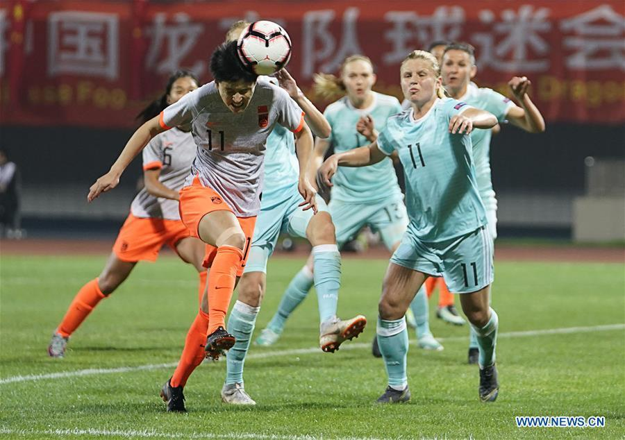 Wang Shanshan (L front) of China scores during the match between China and Russia at the 2019 International Women\'s Football Tournament in Wuhan, central China\'s Hubei Province, April 4, 2019. China won 4-1. (Xinhua/Xiong Qi)
