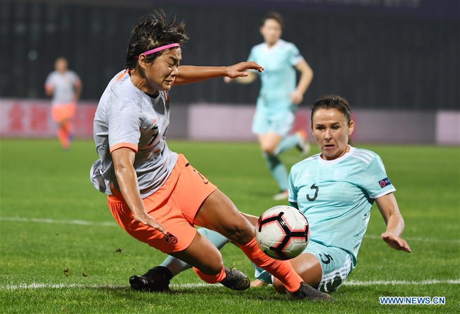 Perepechina (R) of Russia vies with Wang Shuang of China during the match between China and Russia at the 2019 International Women\'s Football Tournament in Wuhan, central China\'s Hubei Province, April 4, 2019. China won 4-1. (Xinhua/Cheng Min)