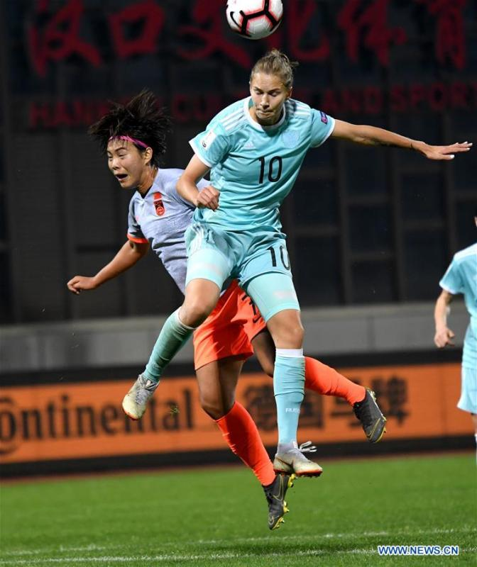 Smirnova (R) of Russia vies with Wang Shuang of China during the match between China and Russia at the 2019 International Women\'s Football Tournament in Wuhan, central China\'s Hubei Province, April 4, 2019. China won 4-1. (Xinhua/Cheng Min)