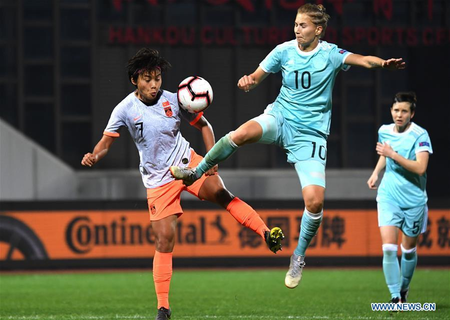 Smirnova (C) of Russia vies with Wang Shuang of China during the match between China and Russia at the 2019 International Women\'s Football Tournament in Wuhan, central China\'s Hubei Province, April 4, 2019. China won 4-1. (Xinhua/Cheng Min)
